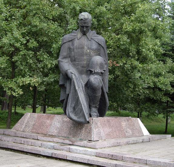 Скульптура скорбящего воина.