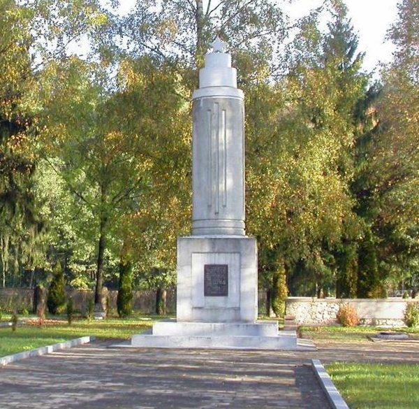 п. Батишкяй Шакяйского р-на. Памятник на воинском кладбище, где в 16 братских могилах похоронено около 4 тысяч воинов, погибших в 1942–1944 годах.