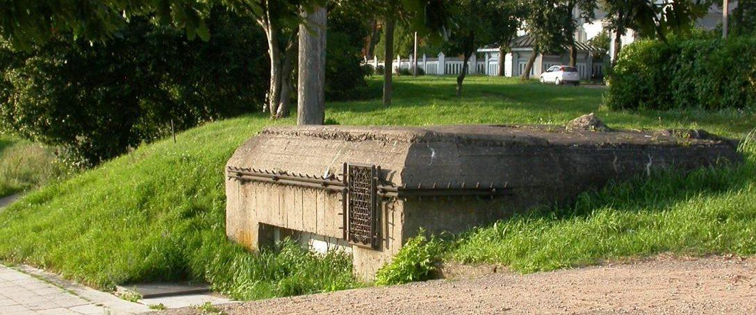 г. Таураге. ДОТ Таурагского пограничного укрепрайона находится в юго-западной стороне города, на высоком берегу реки Юра. 22 июня 1941 года здесь погибли шесть воинов 125-й стрелковой дивизии.