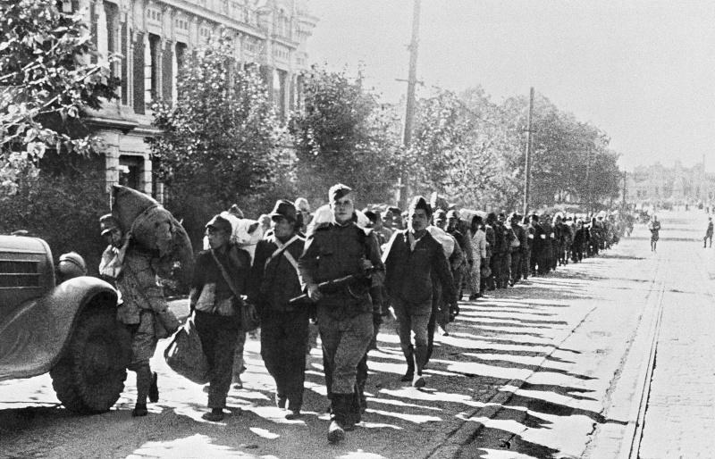 Колонна пленных японских солдат на улице Харбина. Сентябрь, 1945 г.