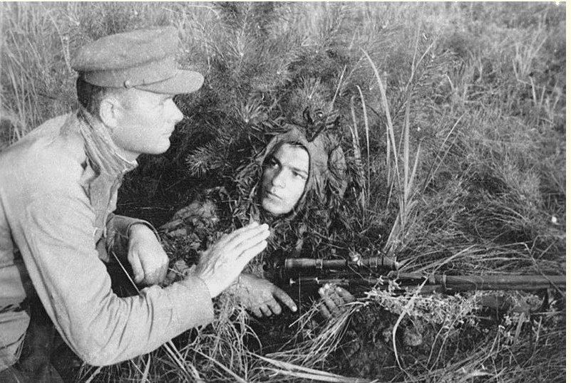 Голосов Василий Иванович проводит занятия со своим учеником А. Тертеряным. Одержал 427 побед, в т.ч. над 70 снайперами.