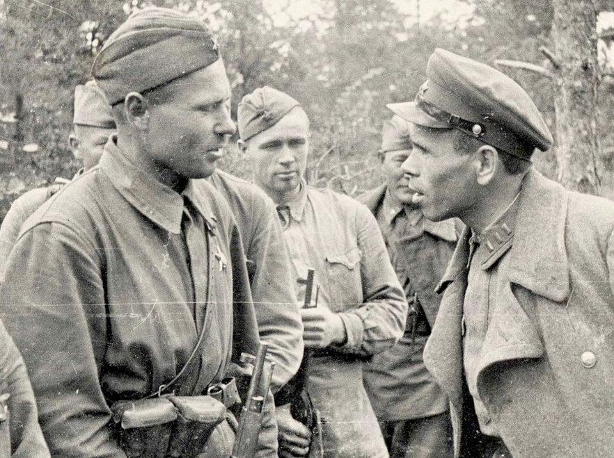 Комиссар дивизии И.Остяков со снайпером Т.Поповым.