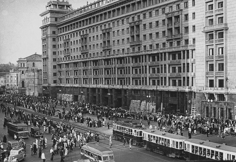 После отбоя воздушной тревоги люди покидают станцию метро «Площадь Свердлова» и ждут транспорт у гостиницы «Москва». 25 июля 1941 г.