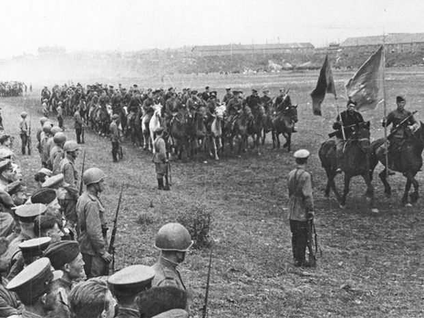 Сводный кавалерийский эскадрон закрывает парад.