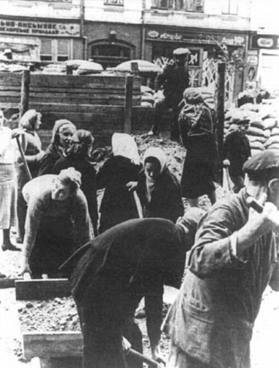 Киевляне разбирают оборонительные сооружения на Крещатике. 21-23 сентября 1941 г.