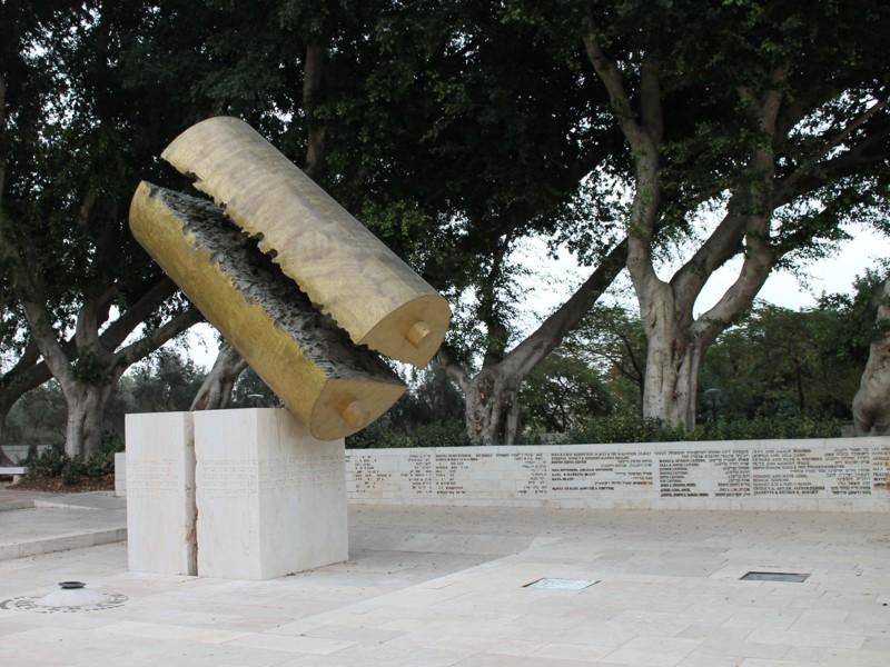 г. Реховот. Монумент жертвам Холокоста на площади Памяти был открыт в 1971 году. Скульптор - Дани Каравана 1971 г.