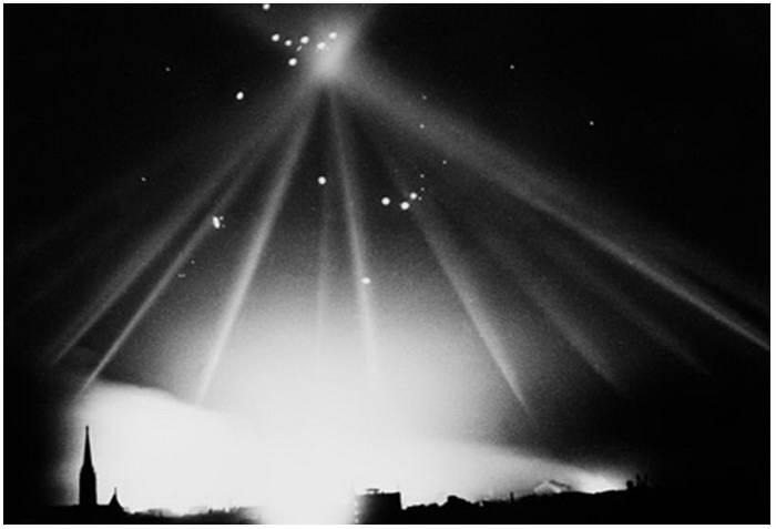 Британский бомбардировщик в лучах прожекторов.