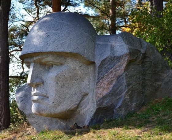 г. Алитус. Памятник воинам, открытый в 1984 году на берегу реки Нямунас, в память об оборонительных боях 5-й танковой дивизии в июне 1941 года. В настоящее время не сохранился.