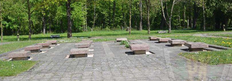 Мемориальные плиты на могилах Героев Советского Союза.