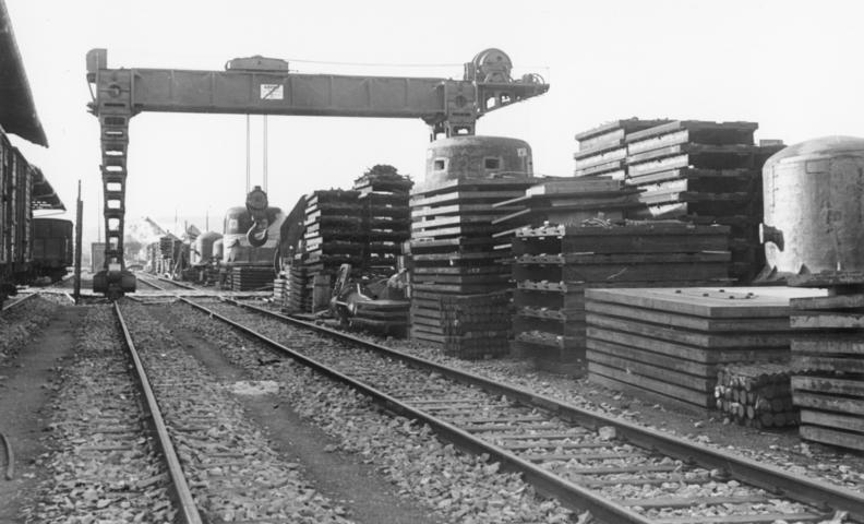 Готовые конструкции на железнодорожной станции для строительства укреплений. Октябрь, 1939 г.