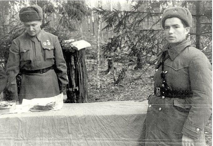 Вручение награды Изегову Ивану Романовичу, который одержал 172 победы. 1942 г.