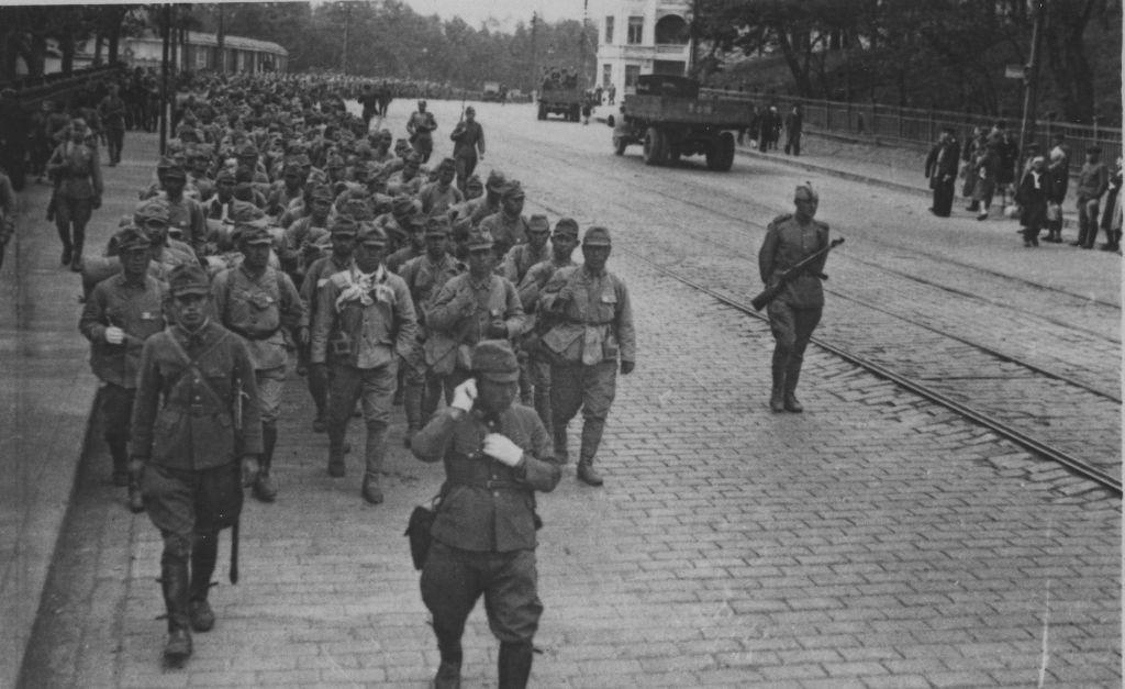 Колонна японских военнопленных. Владивосток, 1945 г.