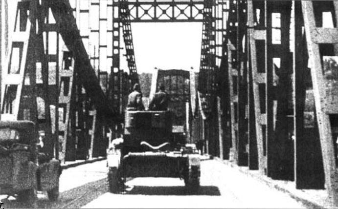 Т-26 на мосту им. Е. Бош, 1941 год. Мост был взорван в сентябре 1941-го отступающими красноармейцами и восстановлен уже никогда не был. На этом месте сейчас стоит мост Метро.