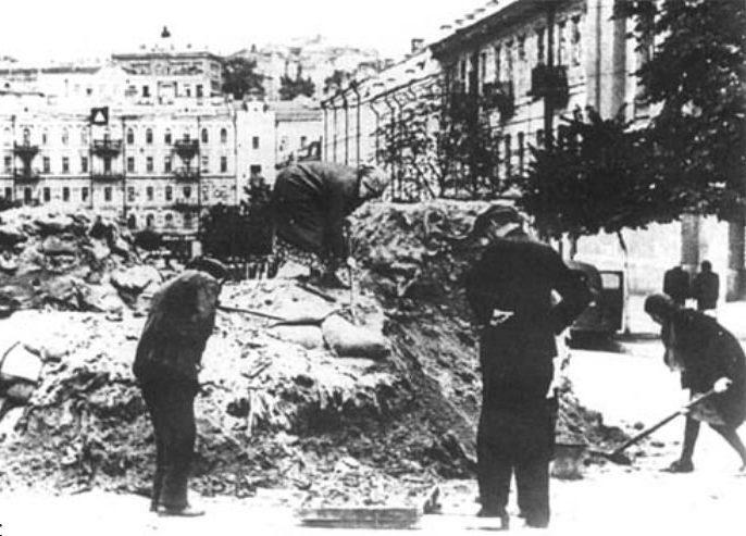 Разбор баррикад на улице Ленина (сейчас - Богдана Хмельницкого). 1941 г.