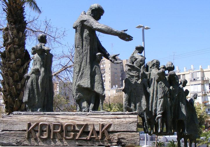 г. Бат-Ям. Памятник учителю Янушу Корчаку, установленный возле торгового центра. Скульптор - Яаков Эпштейн.