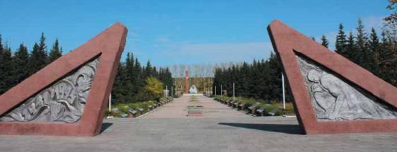с. Павловск. Вход и алея мемориального комплекса.