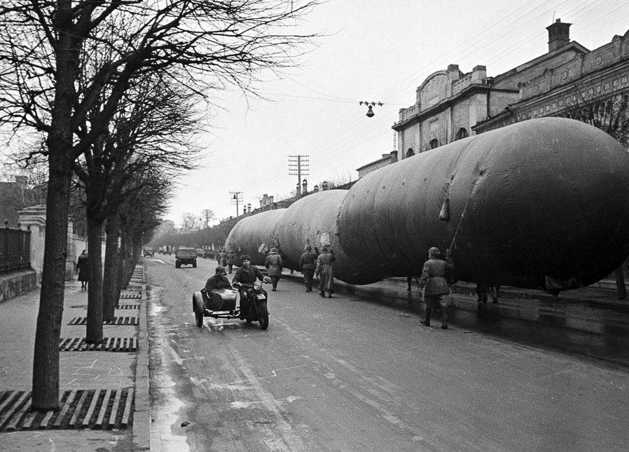 Аэростаты воздушного заграждения на Большой Ордынке. Осень, 1941 г.