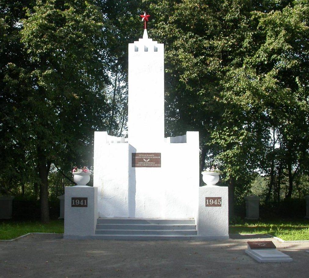 г. Скаудвиле Таурагского р-на. Памятник по улице Таурагес на кладбище, установленный на братской могиле, где похоронено 165 воинов, погибших в 1944 году и 743 неизвестных. На левой стороне кладбища похоронен пограничник, погибший в первые дни войны.