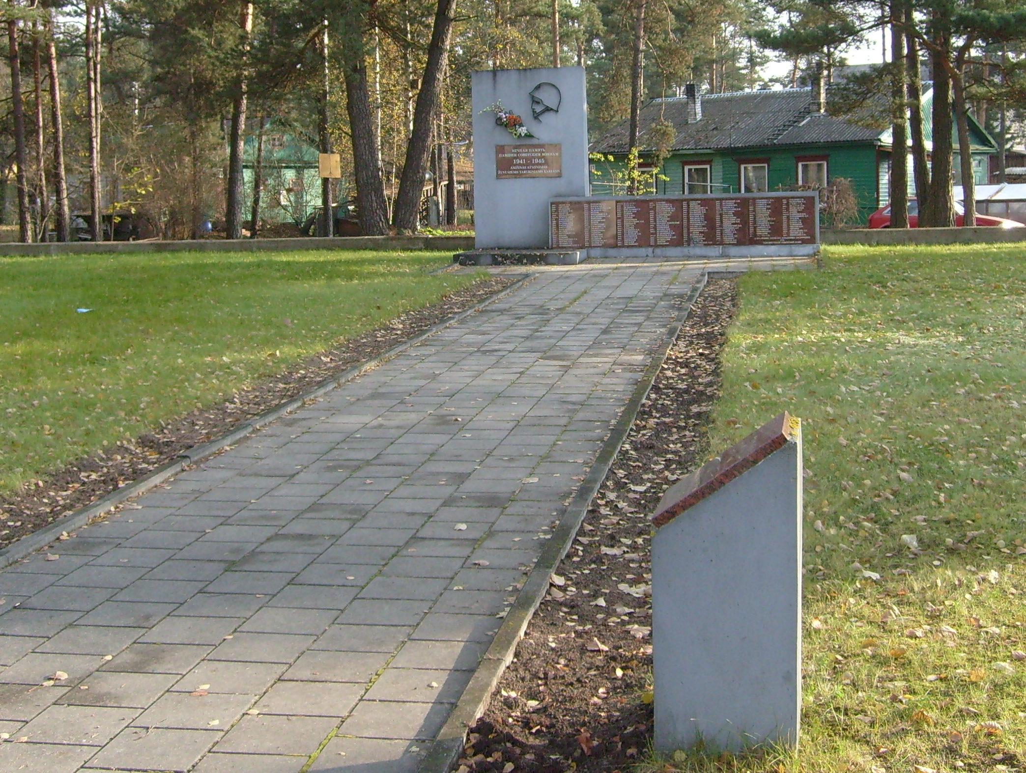 г. Игналина. Братская могила, в которой похоронен 171 неизвестный советский воин.