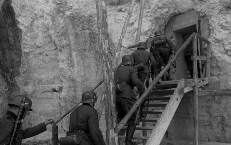 Запасной вход в бункер.