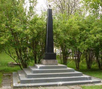Обелиск на воинском братском кладбище.