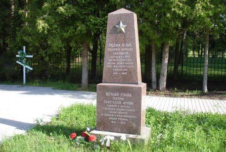 Обелиск на воинском кладбище.