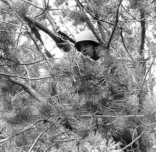 Снайпер Федоров на боевой позиции.