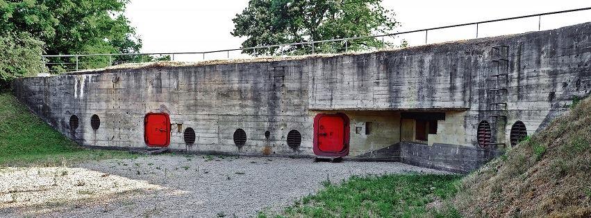 Внутренний двор бункера: основной и запасной выходы, огневая точка защиты входов, решетки системы вентиляции.