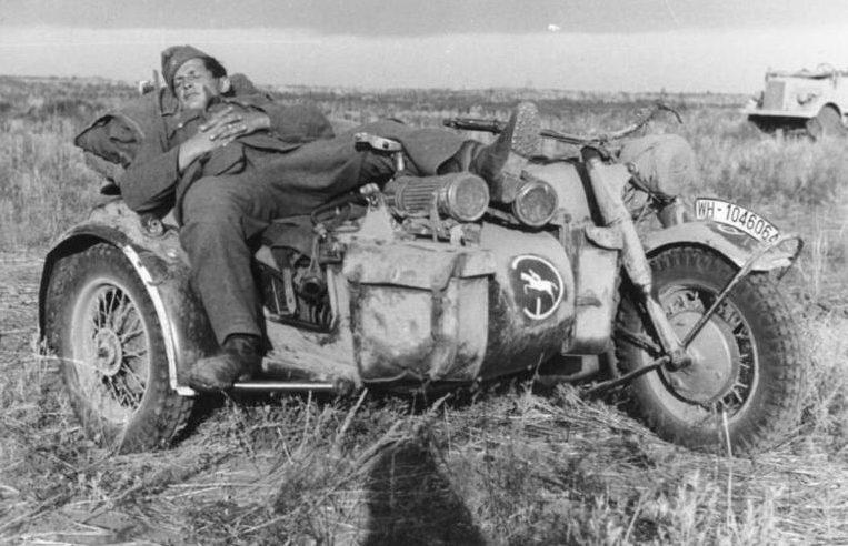 Немецкий солдат спит в коляске мотоцикла BMW R75. Кубань.1942 г.