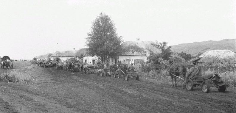 Обоз движется через село в Белгородской области. 1943 г.