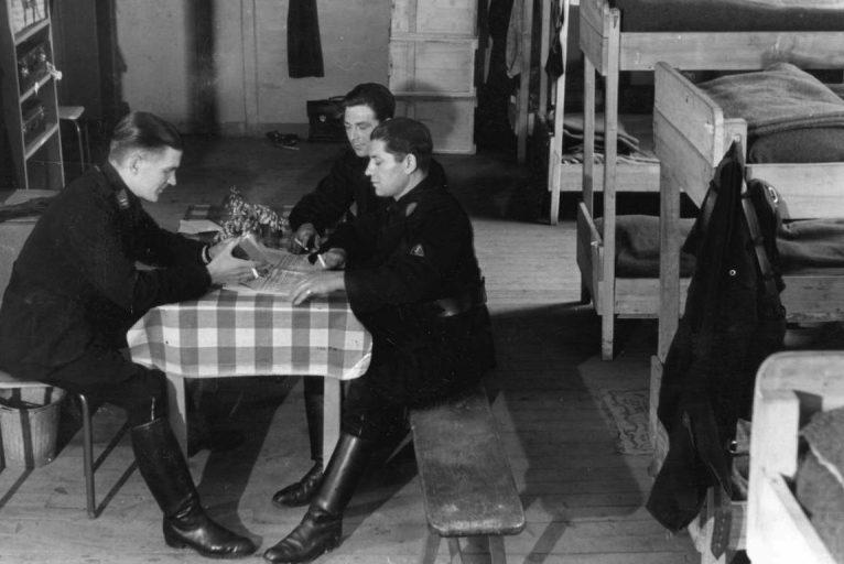 В солдатской казарме. 1941 г.