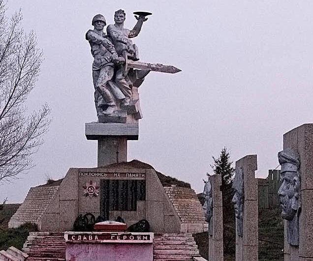 Скульптурный памятник на мемориале погибшим воинам-землякам в годы войны.