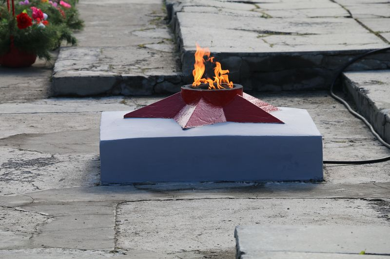 Вечный огонь у Мемориала.