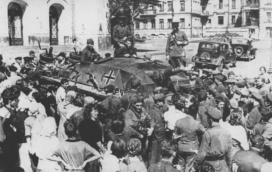 Киевляне осматривают немецкую САУ, захваченную у села Вита-Почтовая. Сентябрь 1941 г.