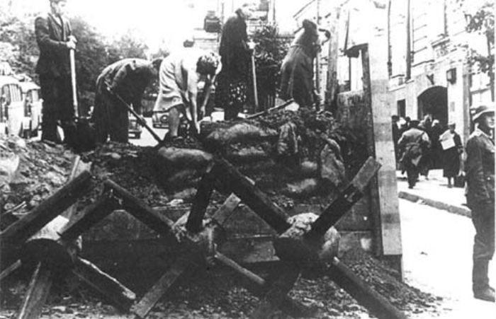 Киевляне разбирают завалы на улице Институтской. 21-23 сентября 1941 г.