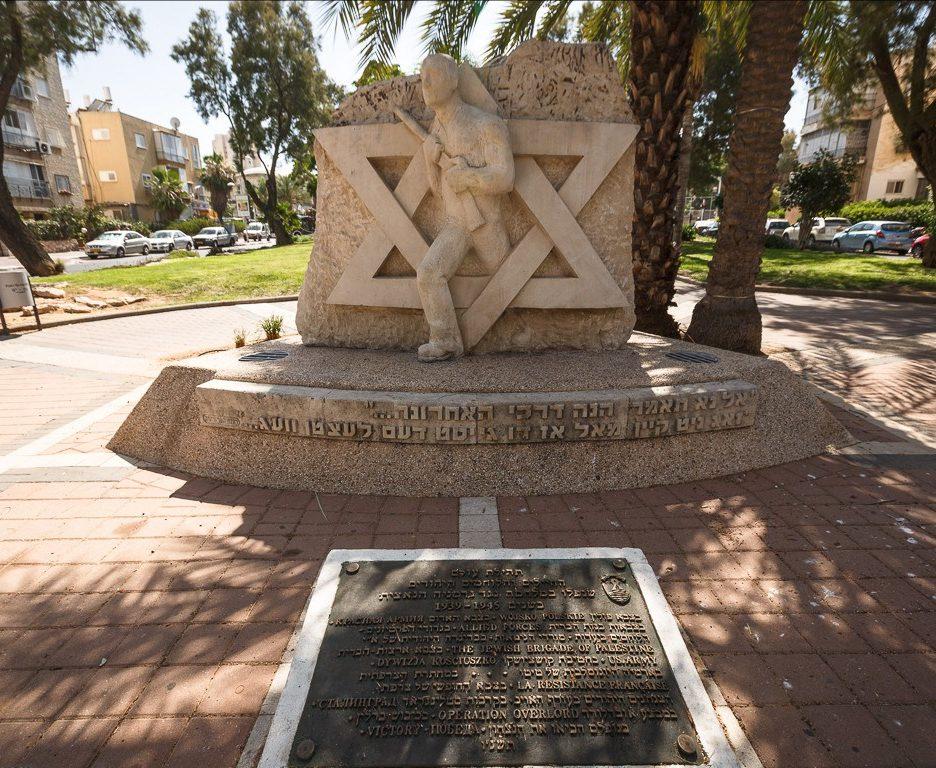 г. Бат-Ям. Мемориал, установленный на бульваре Независимости в память павших во Второй мировой войне.