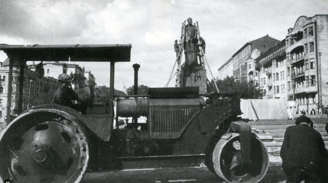 Памятник Тимирязеву после взрыва бомбы. Осень, 1941 г.