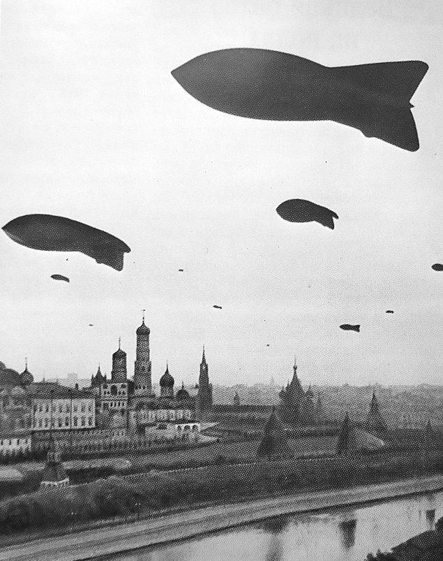 Аэростаты воздушного заграждения над Москвой. Осень, 1941 г.