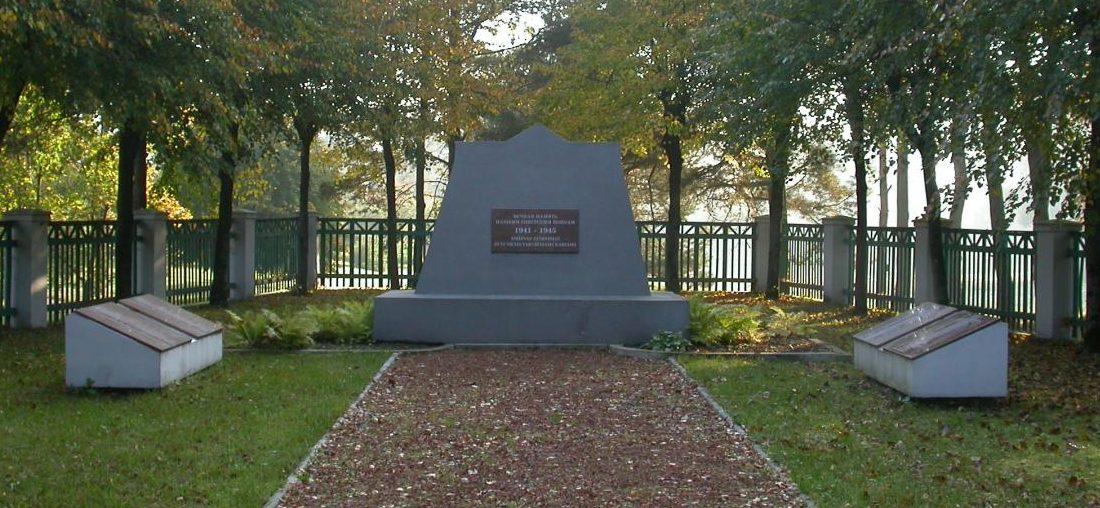 п. Крюкай Шакяйского р-на. Памятник на братской могиле, в которой похоронено 102 воина 72-го стрелкового корпуса, погибшие в начале августа 1944 года. Среди них – 3 неизвестных.