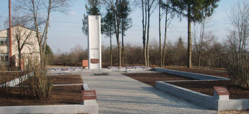 п. Римше Ингалинского р-на. Памятник на воинском кладбище, где похоронен 301 советский солдат.