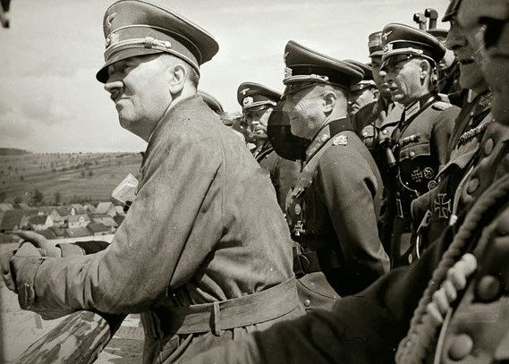 Гитлер инспектирует линию Зигфрида. 1944 г.