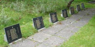 Памятные плиты с именами погибших.