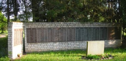 Стена с мемориальными плитами.