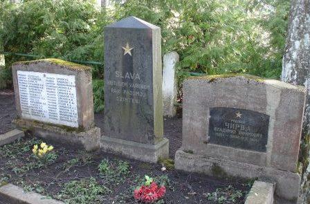 х. Бирзес, край Сэяс. Памятник на братской могиле, в которой похоронено 33 советских воина, погибших в годы войны.