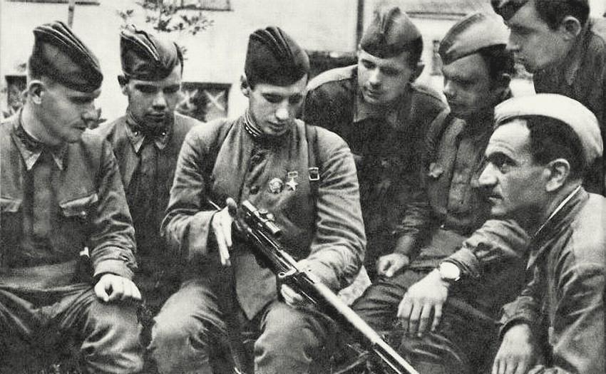Снайпер Владимир Пчелинцев среди товарищей.