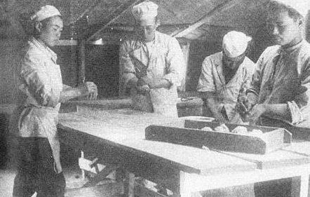 Японцы на кухне. Постановочное фото политотдела.