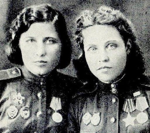 Снайперы Полина Крестьянинова (слева) и Анна Носова. 1944 г.