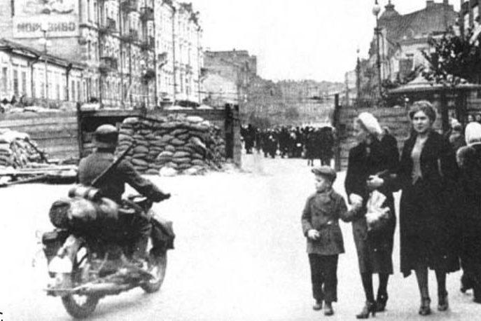 Немецкий мотоциклист на Крещатике. Сентябрь, 1941 г.