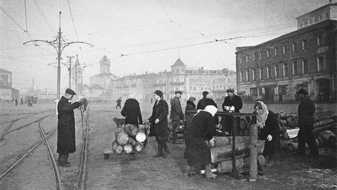 Москвичи запасают дрова на зиму. Осень, 1941 г.