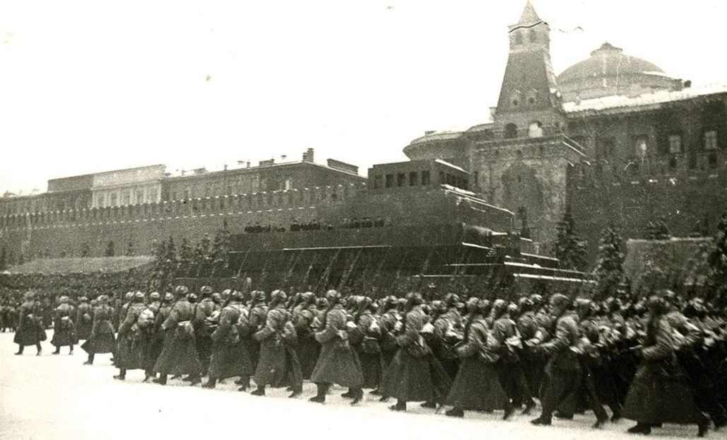 Во время парада 7 ноября 1941 года Мавзолей уже был демаскирован.